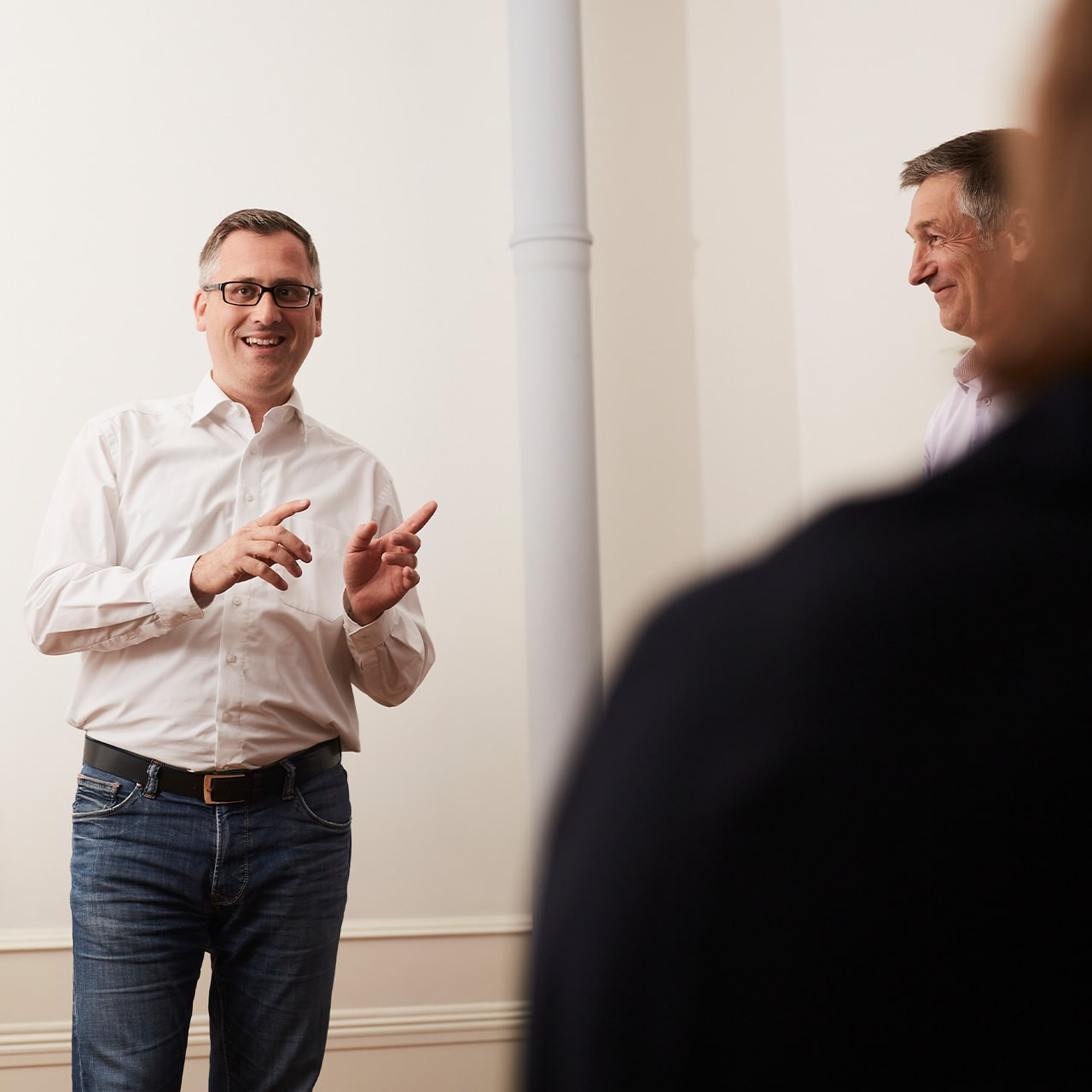 Teilnehmer eines Storytelling Workshops von Michael Geerdts lernt spanned zu präsentieren