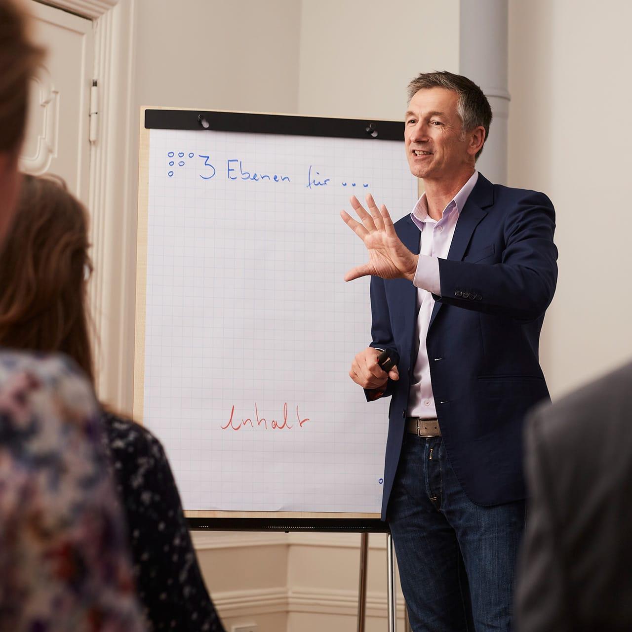 Michael Geerdts erklärt Teilnehmern eines Storytelling Workshops Geschichten gut zu erzählen