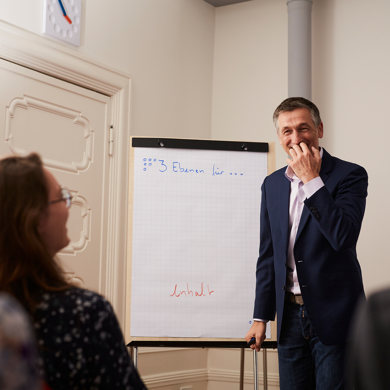 Michael Geerdts erklärt Teilnehmern eines Präsentations Workshops die spannende Inszenierung ihrer Themen